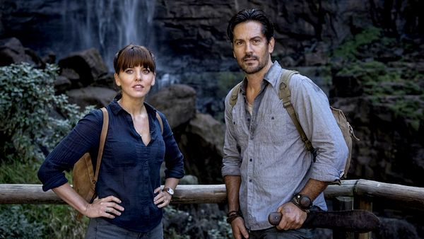 Episode 07 Scene 43 pt2: Waterfall Valley (Viewing platform); Shot of Hooten (MICHAEL LANDES), Alex (OPHELIA LOVIBOND) & Jian (JAY HEYMAN) looking at the waterfall.